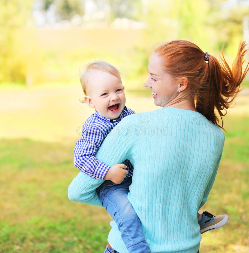 Lyckligt gladlynt le moder- och sonbarn som har roligt utomhus arkivfoto
