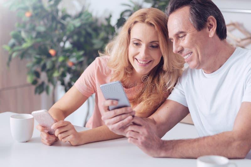 Lyckligt gladlynt mansammanträde samman med hans fru arkivbild
