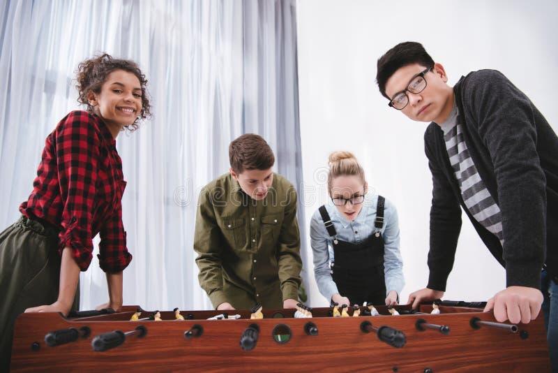 lyckligt gladlynt spela för tonåringar royaltyfri foto
