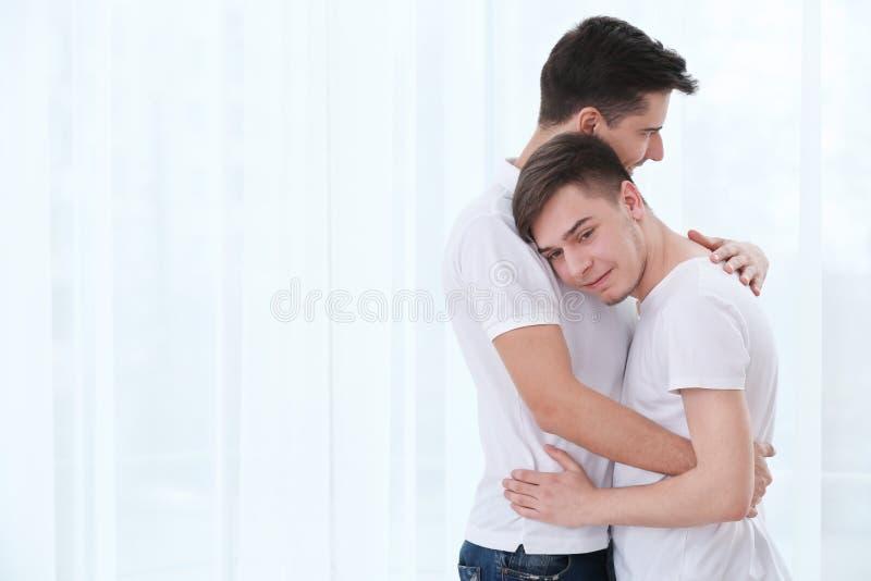 Lyckligt glat krama för par arkivfoton