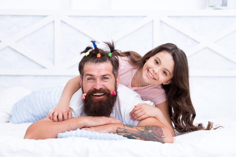lyckligt ?gonblick Lyfta flickan Skapa den roliga frisyren Barn som gör frisyren som utformar faderskägget Vara förälderhjälpmede royaltyfri bild
