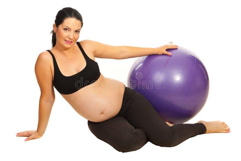 Lyckligt gravid med pilatesbollen fotografering för bildbyråer