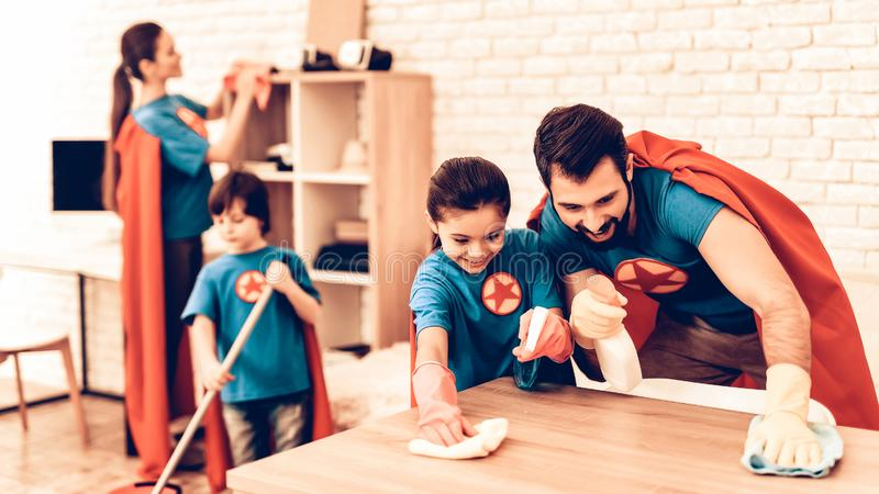 Lyckligt gulligt rum för Super Heroesfamiljlokalvård arkivfoton