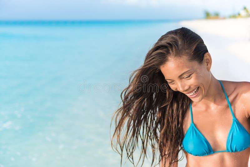 Lyckligt härligt asiatiskt skratta för bikinistrandkvinna arkivbild