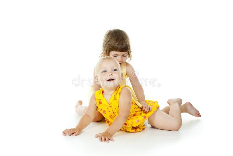 Lyckligt härligt krama för barn royaltyfri foto