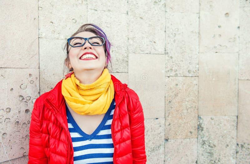 Lyckligt härligt skratta för modehipsterkvinna royaltyfri bild