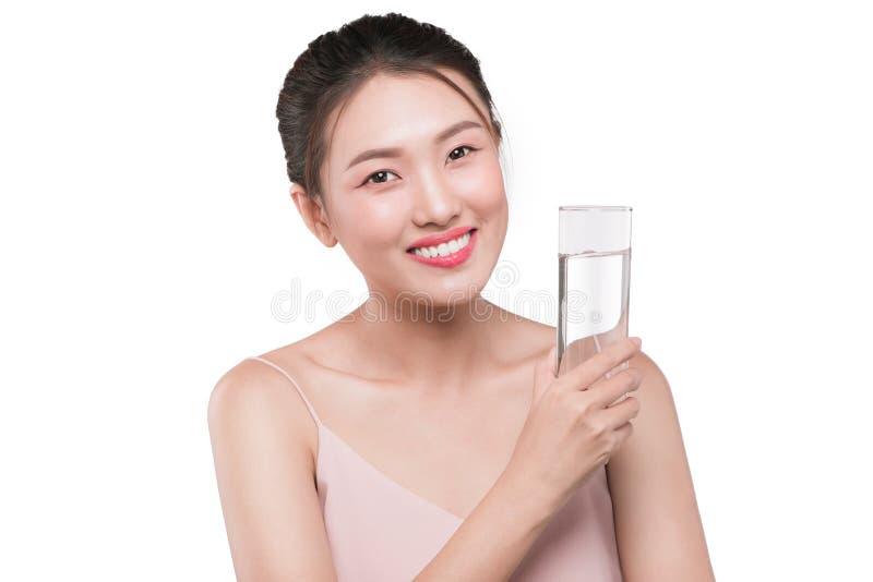 Lyckligt härligt ungt vietnamesiskt kvinnadricksvatten arkivbilder