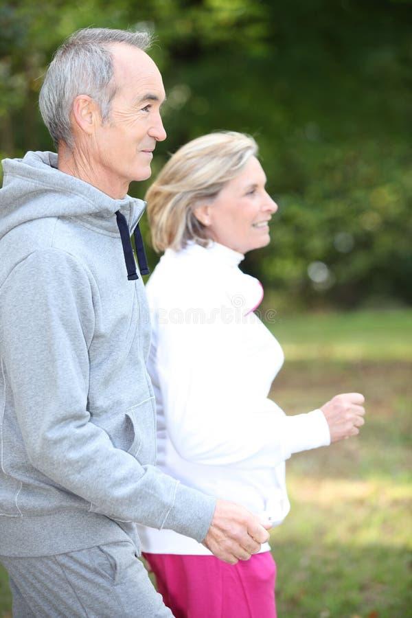 Lyckligt högt jogga för par royaltyfri foto