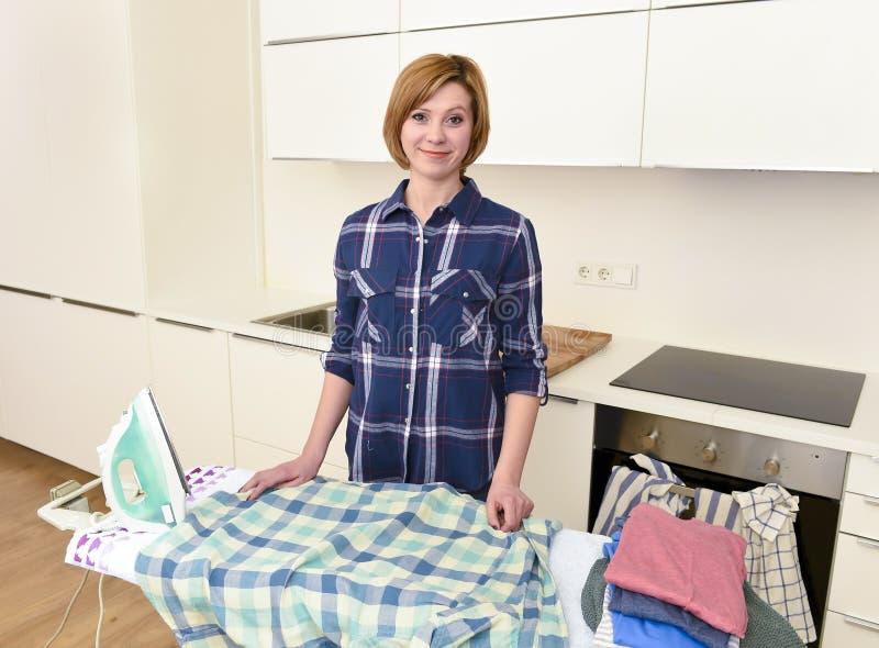 Lyckligt hemmastatt kök för kvinna- eller hemmafrustrykningskjorta genom att använda iro royaltyfri foto