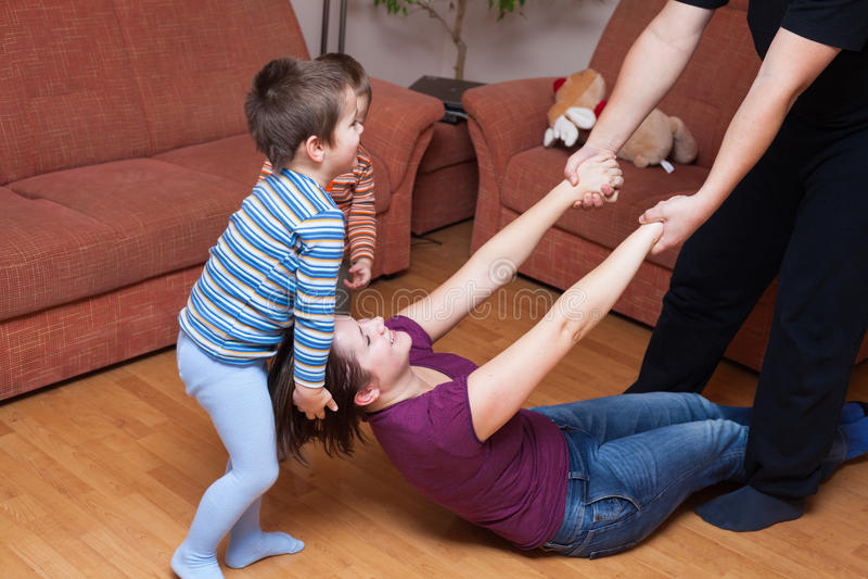 lyckligt home leka för familj fotografering för bildbyråer