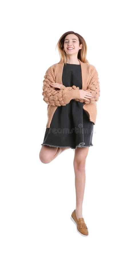 Lyckligt hoppa för tonårs- flicka arkivfoto
