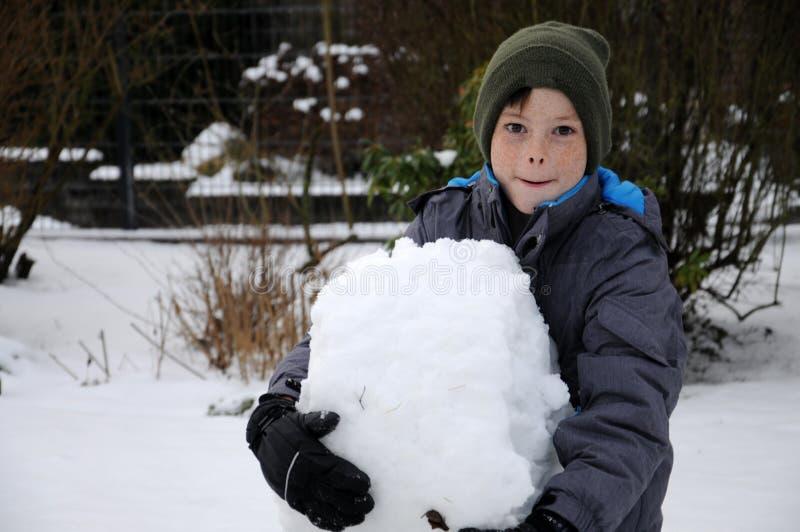 Lyckligt i snö royaltyfri bild