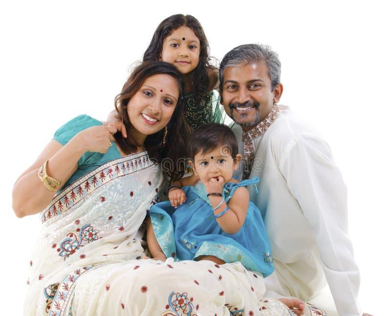 lyckligt indiskt traditionellt för familj fotografering för bildbyråer