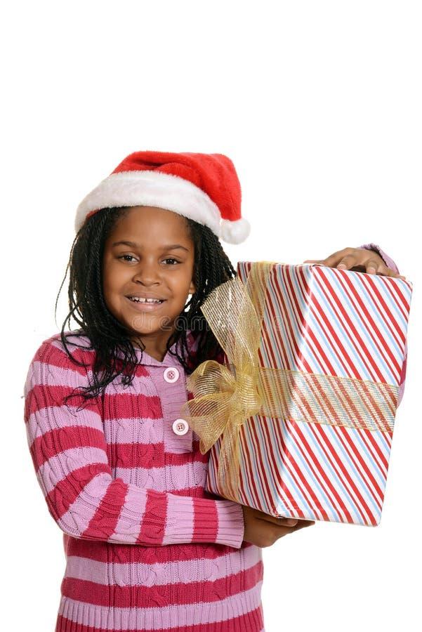 Lyckligt jamaican barn med julgåva arkivbild