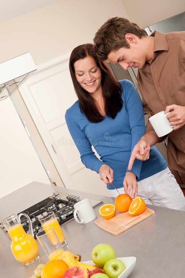 lyckligt kök för par royaltyfria bilder