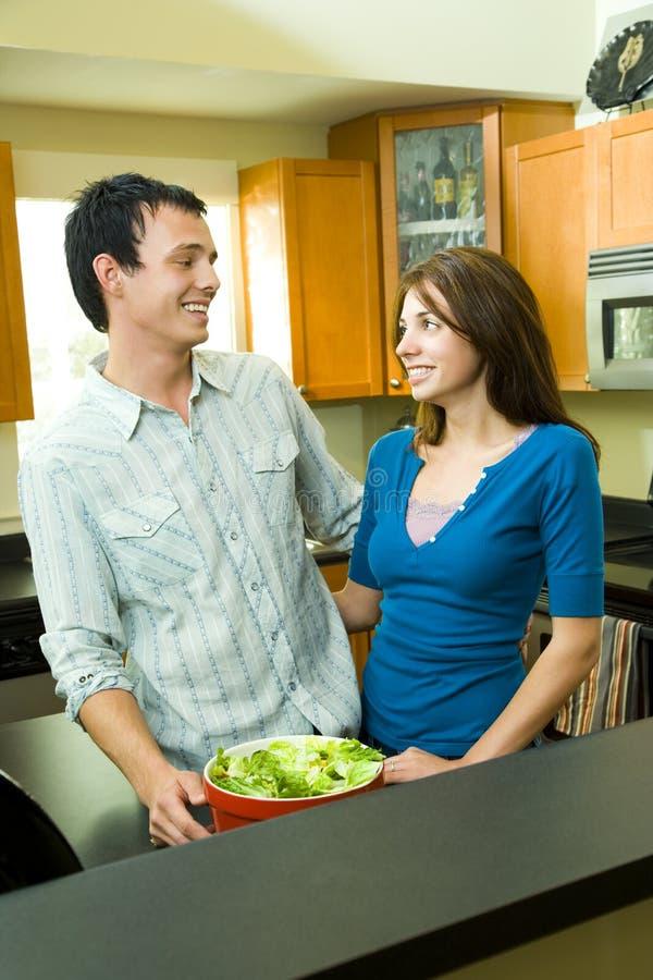 lyckligt kök för par fotografering för bildbyråer