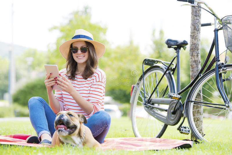 Lyckligt koppla av för ung kvinna som är utomhus- royaltyfria foton
