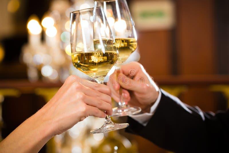 Lyckligt koppla ihop har en romantiker att datera i restaurang royaltyfri bild