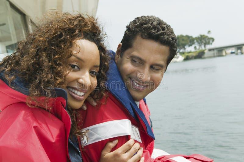 Lyckligt koppla ihop på yachten under semester royaltyfri foto