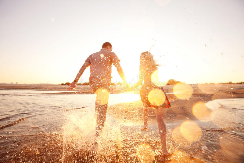 Koppla ihop spring på stranden royaltyfri foto