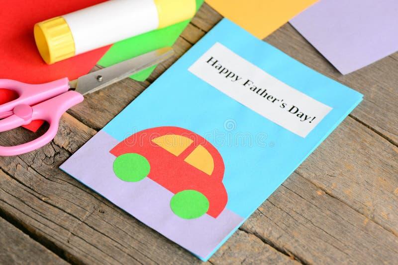 Lyckligt kort för hälsning för dag för fader` s Kulört papper täcker, sax, lim på gammal träbakgrund Idérika kort för dag för fad royaltyfria foton