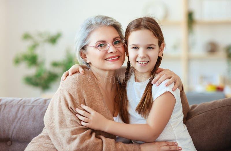Lyckligt krama för för familjmormor och sondotter arkivfoto