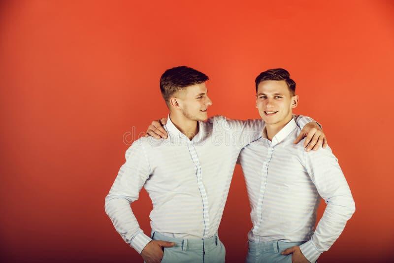Lyckligt krama för män arkivbilder