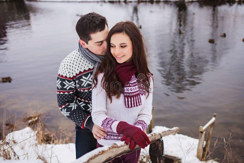 lyckligt krama för par royaltyfri bild