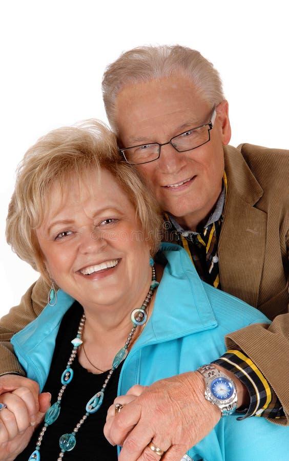 lyckligt krama för par som är moget royaltyfria foton