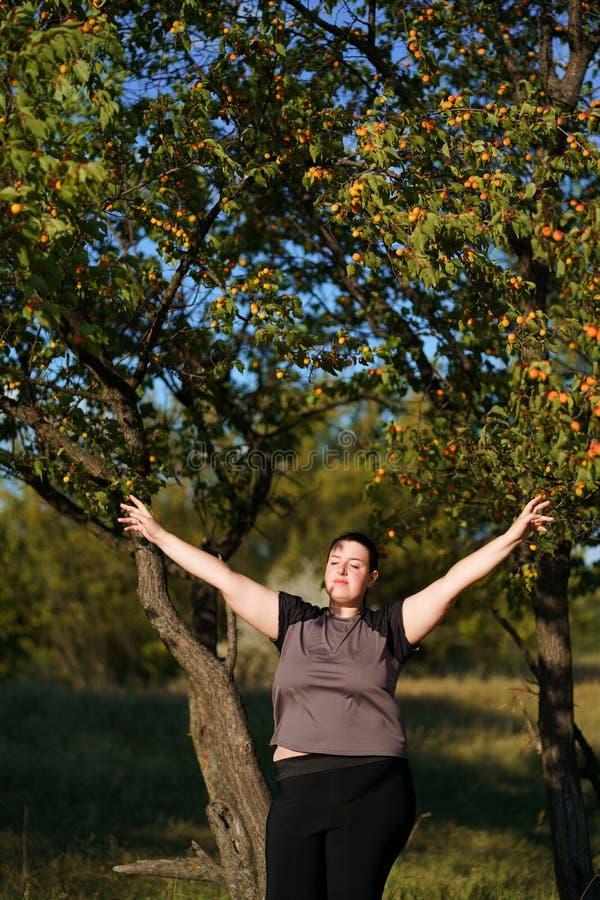 Lyckligt kvinnaanseende i natur med öppna händer royaltyfria foton