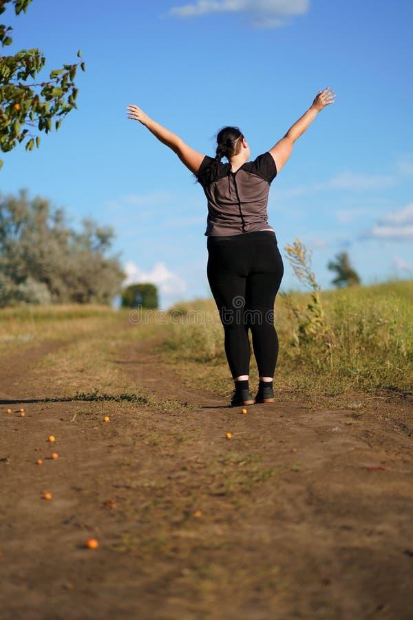 Lyckligt kvinnaanseende i natur med öppna händer fotografering för bildbyråer