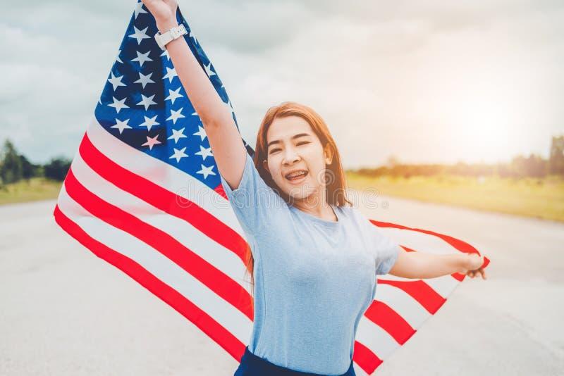 Lyckligt kvinnaanseende med patriotisk ferie för amerikanska flaggan USA ce fotografering för bildbyråer