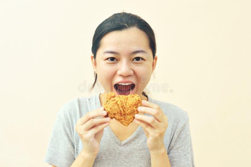 Lyckligt kvinnainnehav och äta småfiskhöna arkivfoton