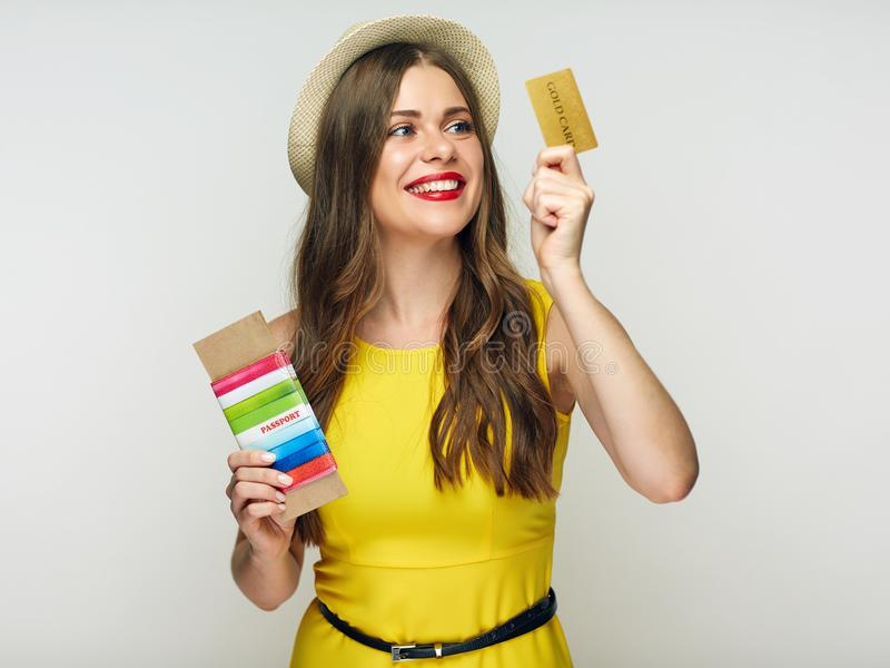 Lyckligt kvinnainnehavdokument med kreditkorten royaltyfri foto