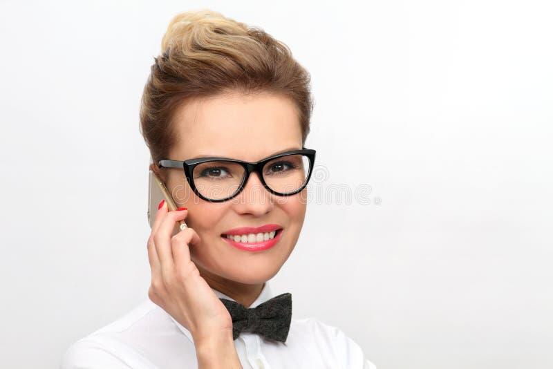 Lyckligt kvinnatelefonsamtal royaltyfria foton