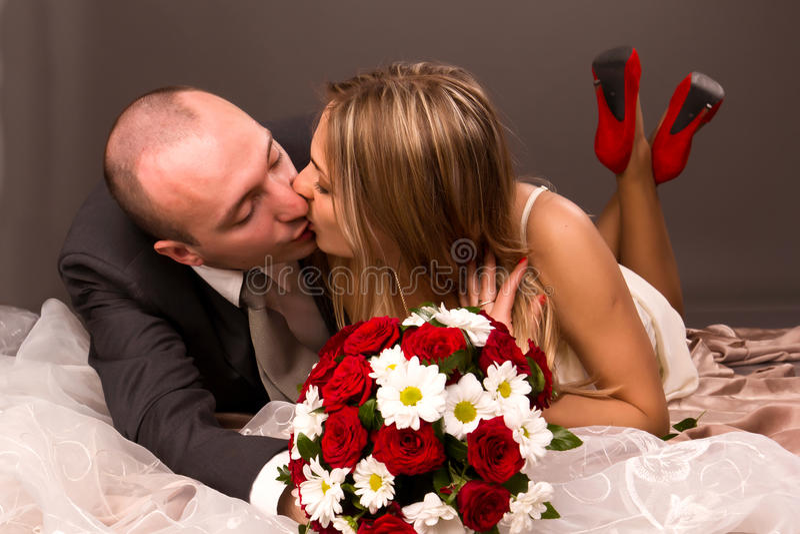 lyckligt kyssa för brudbrudgum fotografering för bildbyråer