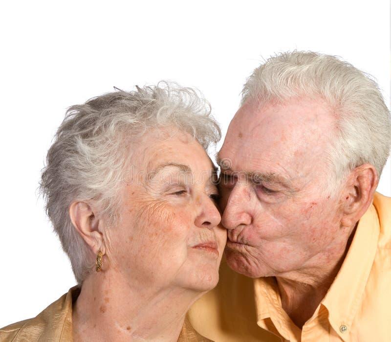 lyckligt kyssa för par som är äldre arkivbild