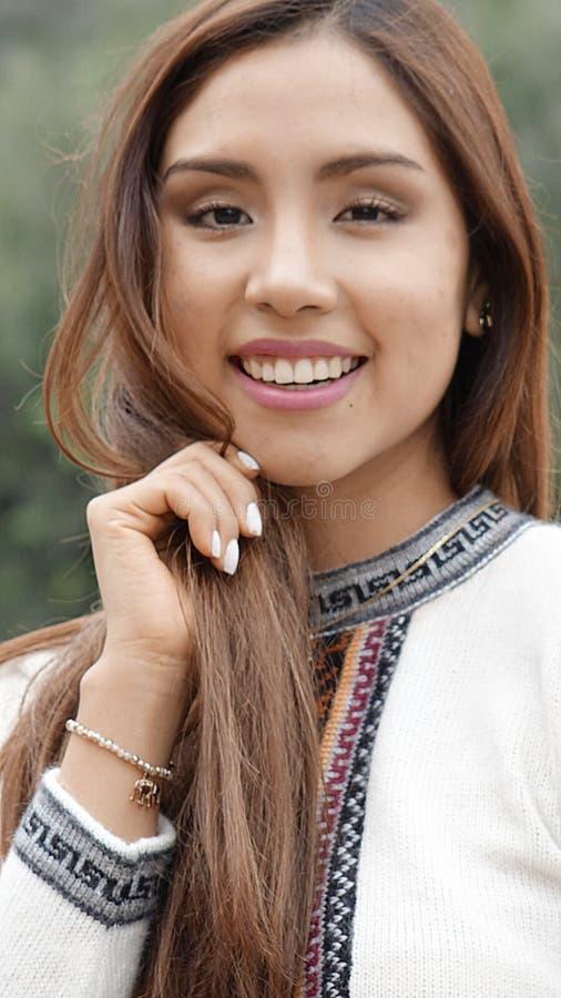 Lyckligt långt hår för ung kvinna royaltyfria foton