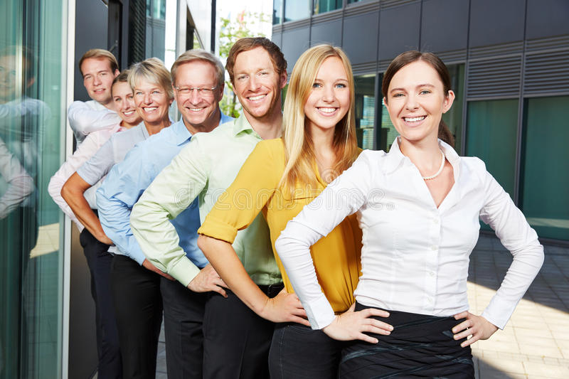 Lyckligt lag för affärsfolk i rad royaltyfri bild