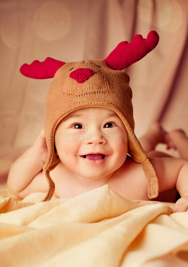 Lyckligt le behandla som ett barn den iklädda julhjorthatten royaltyfri fotografi