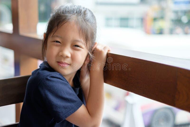 lyckligt le för asiatiskt barn royaltyfria foton