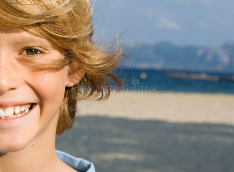 lyckligt le för barn royaltyfri fotografi