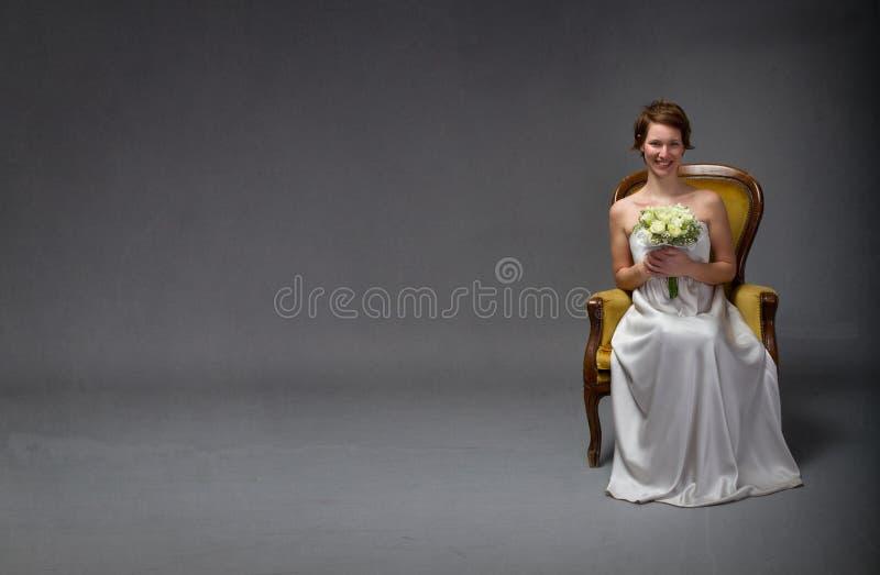 lyckligt le för brud royaltyfri bild