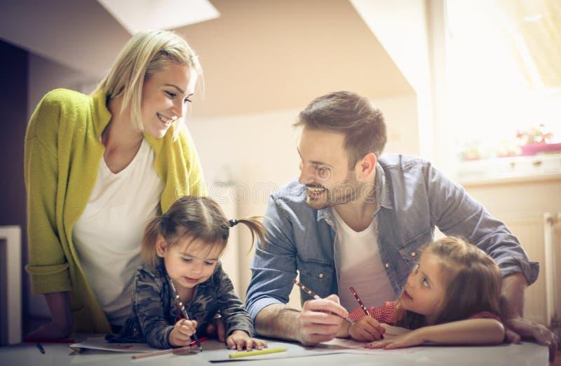 lyckligt le för familj royaltyfria bilder