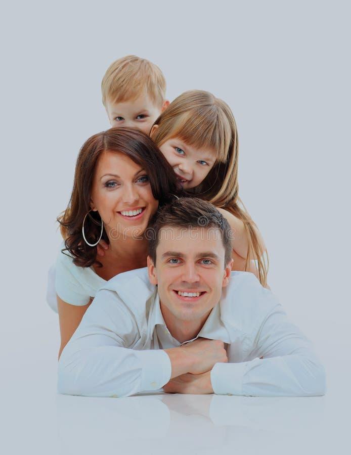 lyckligt le för familj Isolerat över en vitbakgrund royaltyfri bild