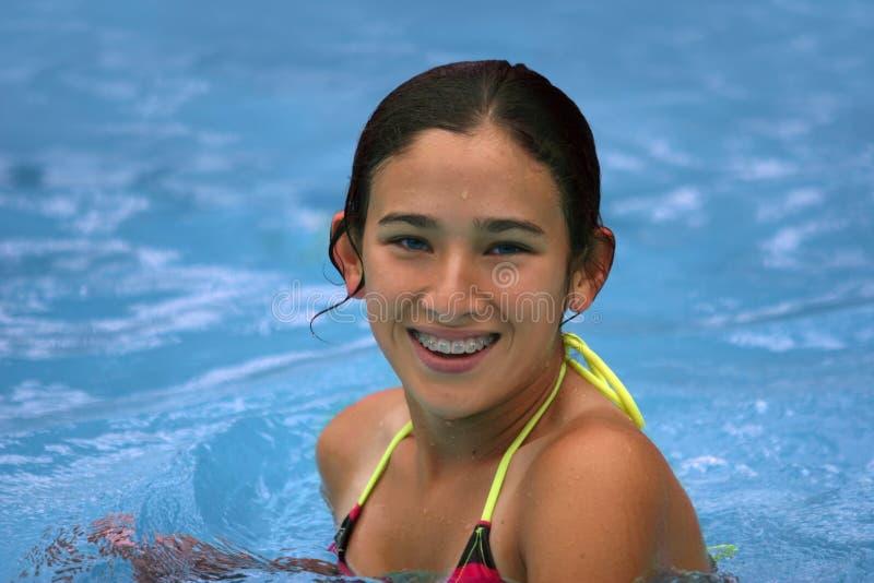 lyckligt le för flicka som är teen arkivfoto