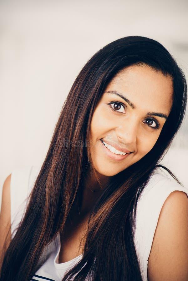 Lyckligt le för härlig indisk kvinnastående arkivbild