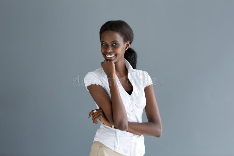 Lyckligt le för svart kvinna royaltyfri bild