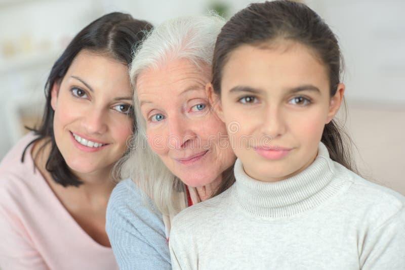 Lyckligt le f?r utvecklingar f?r familj tre royaltyfri bild