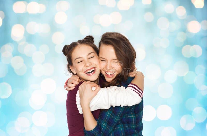 Lyckligt le nätt krama för tonårs- flickor royaltyfri foto